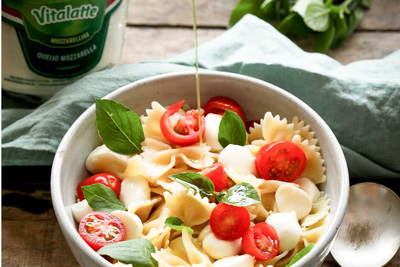 Salada de massa caprese com mozzarella